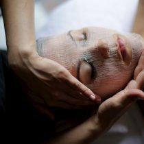 Tretman za prirodnu i visoko učinkovitu njegu kože koji smanjuje znakove starenja bez korištenja teških kemikalija.